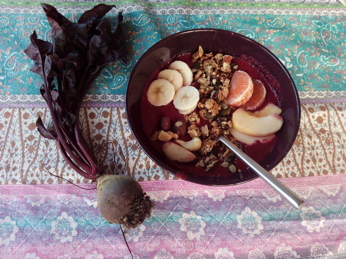 Super begin van de dag: Rode smoothiebowl met biet en bosvruchten