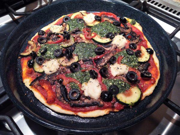 Pizza met gegrilde groenten, cashewmozzarella en spinaziepesto