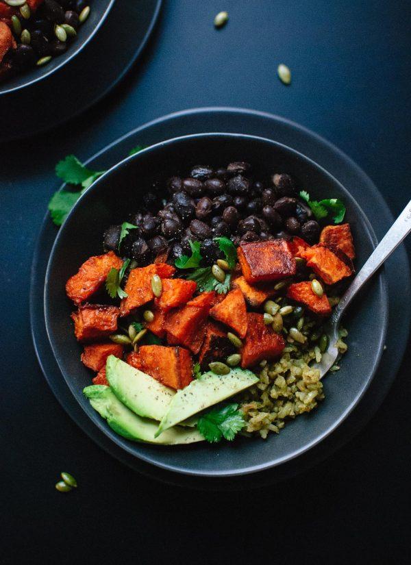 Burrito-bowl met groene rijst, zoete aardappel en zwarte bonen