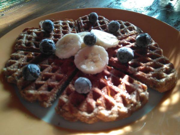 Amerikaanse ontbijt-wafels met banaan en noten