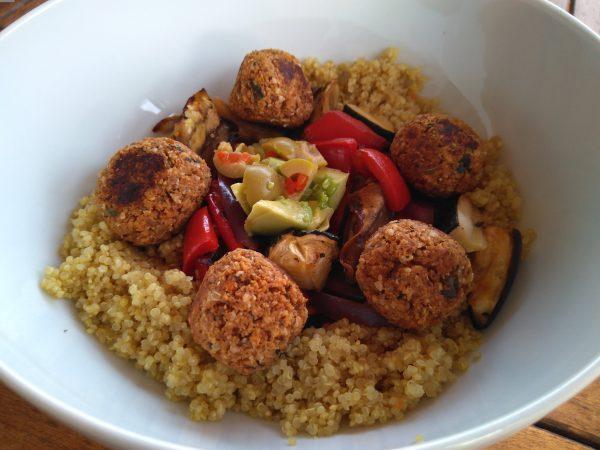 Quinoa met geroosterde ratatouille en seitanballetjes